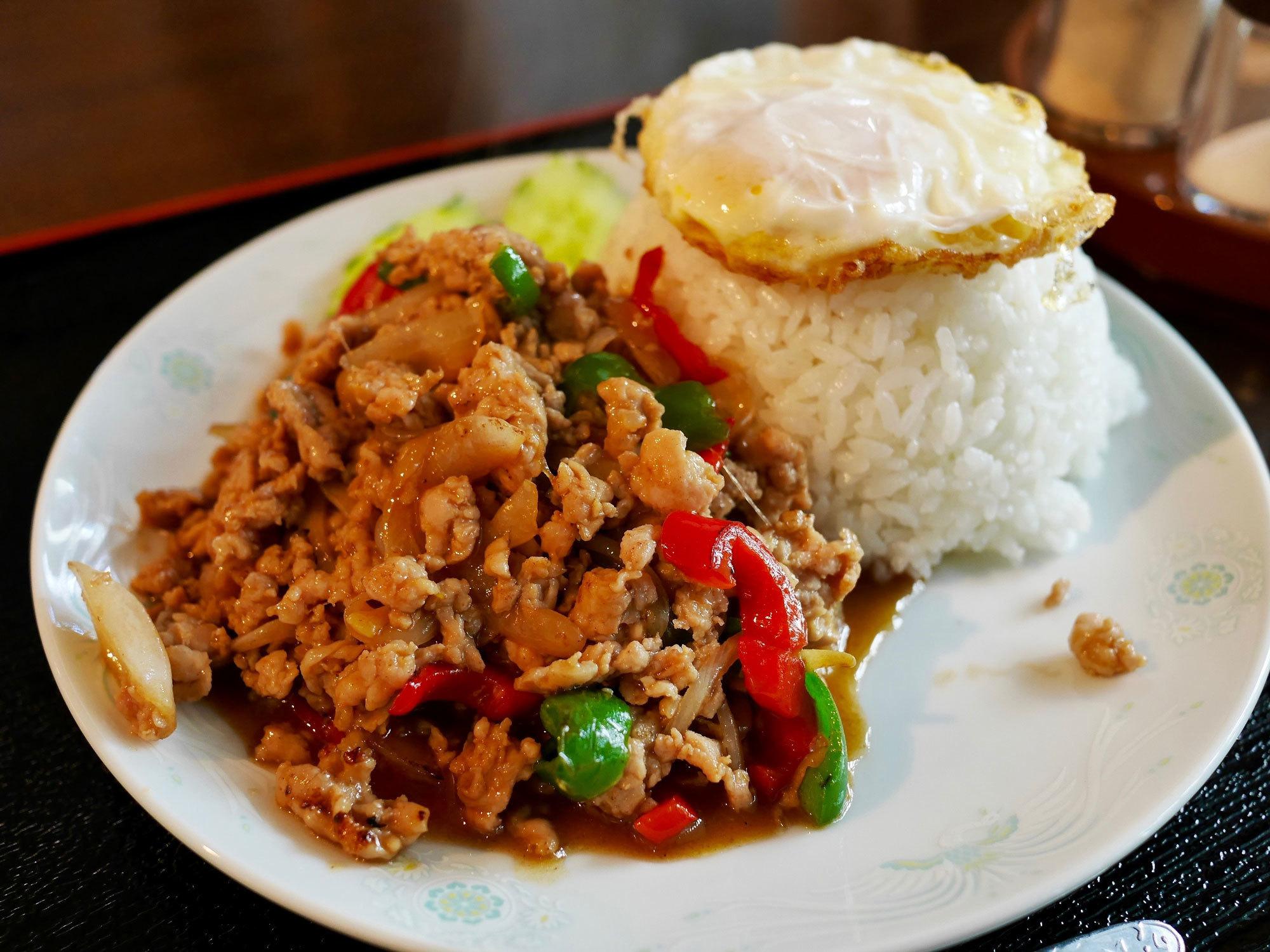 【京都のタイ料理屋】 今出川通烏丸西入ル「芙蓉園」で食べた『鶏のバジル炒めかけご飯』