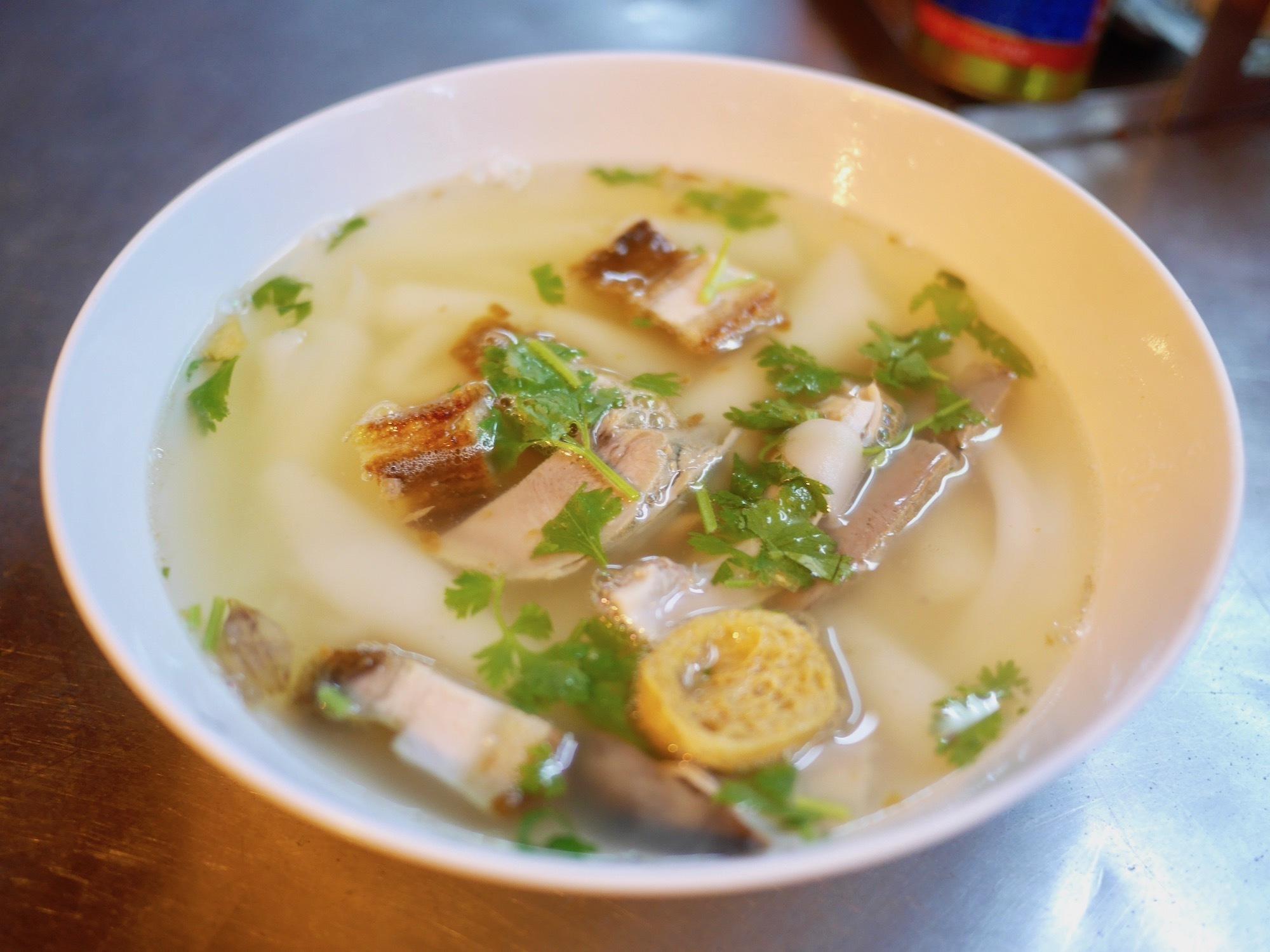 こだわり透明スープが旨爆!豚モツ麺料理『クワイジャップナムサーイ』を食べた