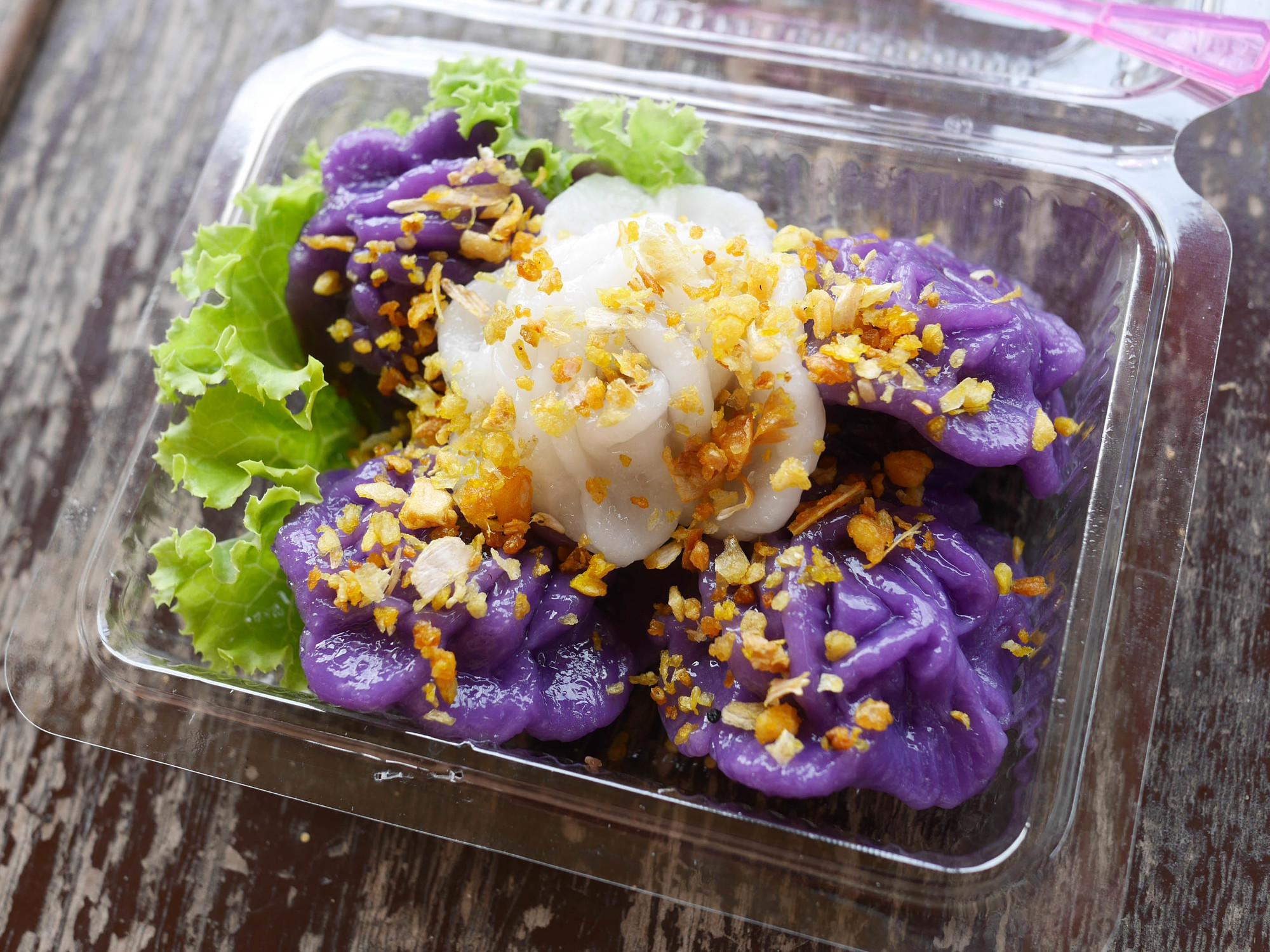 紫と白の色合いがタイらしい上品なお菓子『カノムチョームアンとチョーマリ』