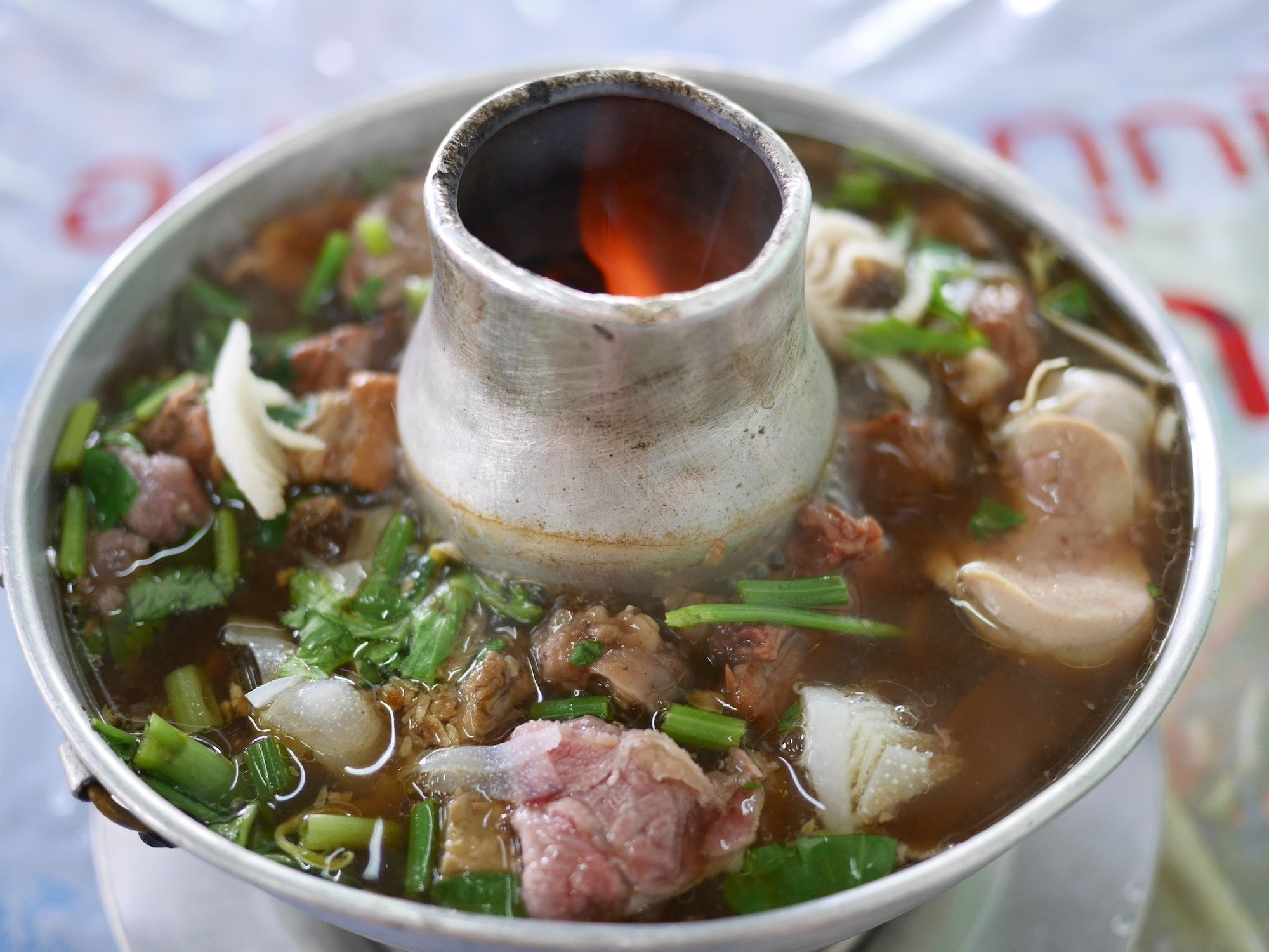 タイ料理、至高の鍋!「ヘンチュンセン」で食べる『ヌアトゥンモーファイ』