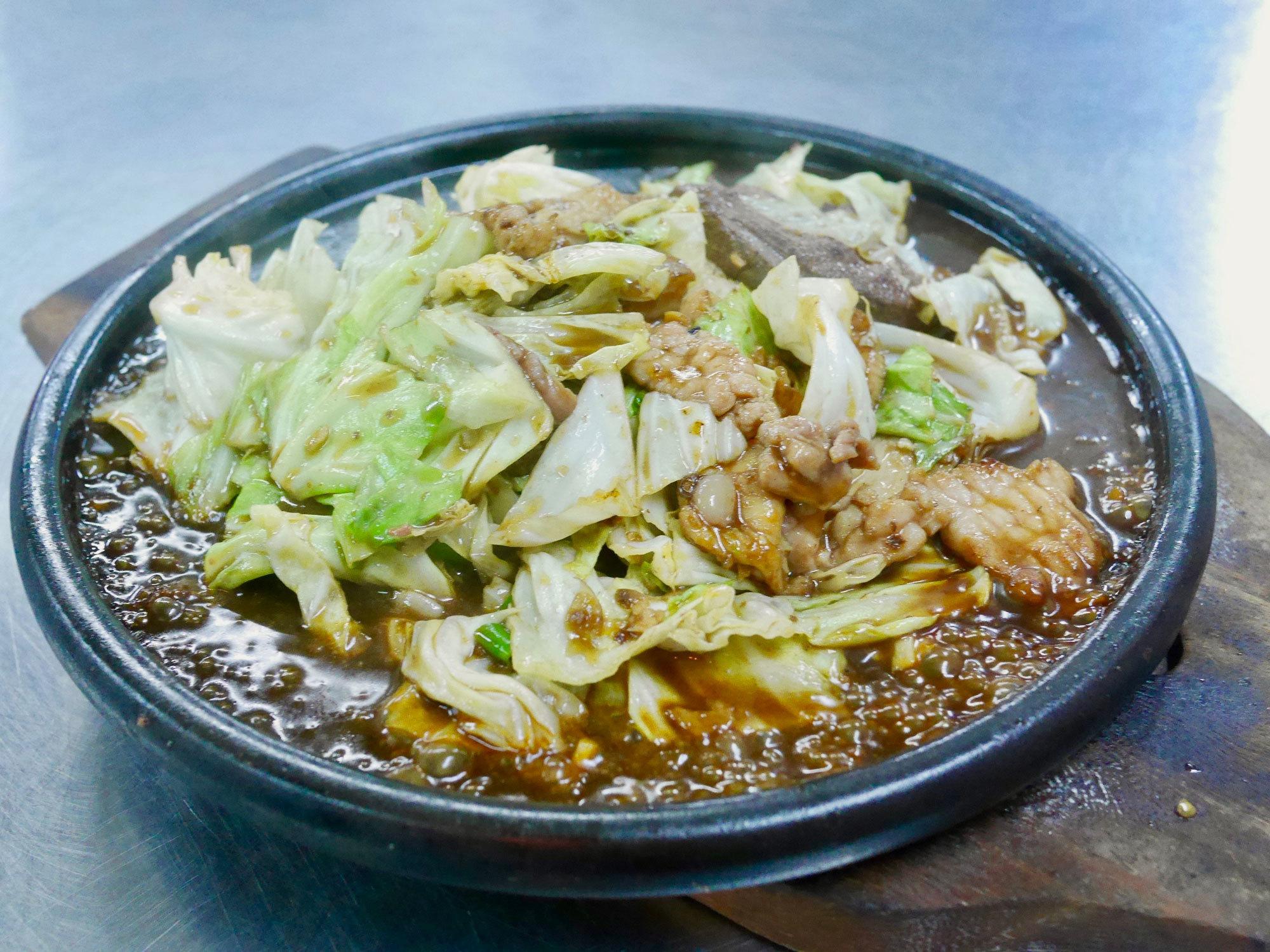 ジャルンクルン通りの老舗「ニューヘンキー」で食べる鉄板料理!『シークローンタウシージャーンローン』
